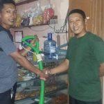 Bapak Acep Niko Menghibahkan Alat Potong Rumput ke Ketua Rw. 22